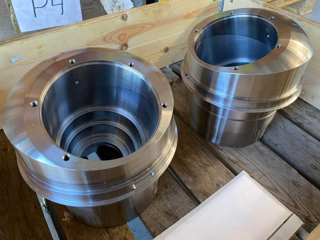 billede af to bundlejer som er fremstillet med en 5-akset CNC-fræser hos Jymika